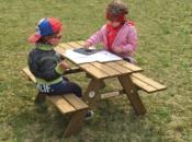 Tavolino con panchine incorporate, adatto per il gioco e l'attività all'esterno.